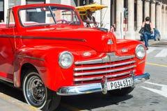 美丽的葡萄酒红色福特汽车在哈瓦那 库存照片