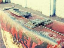 美丽的葡萄酒破旧的古老老手提箱减速火箭的样式设计 概念旅行 被定调子的照片 库存照片