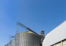美丽的蓝天和大坦克在工厂 图库摄影