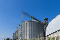 美丽的蓝天和大坦克在工厂 免版税库存图片