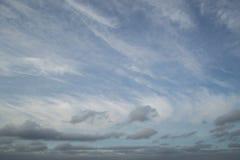 美丽的蓝天和灰色云彩照片在晚上 免版税库存图片