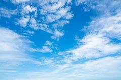 美丽的蓝天和白色云彩提取背景 背景蓝色覆盖cloudscape天空 蓝天和白色云彩在晴天 自然 库存照片