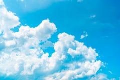 美丽的蓝天和白色积云提取背景 背景蓝色覆盖cloudscape天空 蓝天和白色云彩在晴天 免版税库存图片