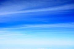 美丽的蓝天抽象背景与云彩的 免版税库存照片