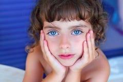 美丽的蓝眼睛女孩少许纵向 库存照片