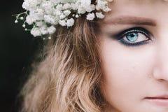 美丽的蓝眼睛的女孩纵向 免版税库存图片