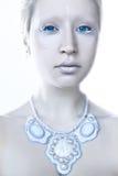 年轻美丽的蓝眼睛的女孩 免版税库存照片