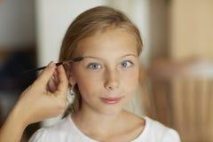美丽的蓝眼睛的白肤金发的女孩和构成 图库摄影