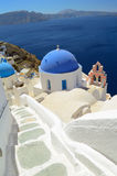 美丽的蓝色半球形的教会在Oia,圣托里尼-锡拉, Cyclade 免版税库存图片