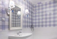 美丽的蓝色和白色卫生间 免版税库存照片