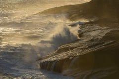 美丽的蓝色强有力的海浪与飞溅 挥动背景 高度浪潮 免版税库存图片