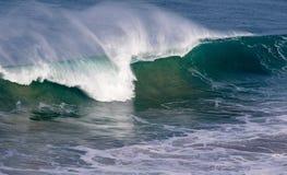 美丽的蓝色强有力的海浪与飞溅 挥动背景 高度浪潮 库存照片