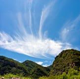 美丽的蓝色明亮的山天空 免版税库存照片