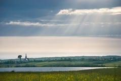 美丽的蓝色明亮的结算覆盖天堂轻的天空星期日白色 湖 教会 免版税图库摄影
