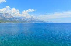 美丽的蓝色海在安塔利亚 图库摄影