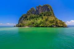 美丽的蓝色海在清楚的天空和山,海湾的本质下在Krabi,泰国 图库摄影