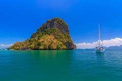 美丽的蓝色海在清楚的天空和山,海湾的本质下在Krabi,泰国 库存照片