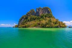 美丽的蓝色海在清楚的天空和山,海湾的本质下在Krabi,泰国 免版税库存照片