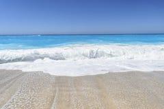 美丽的蓝色海波浪 免版税库存照片