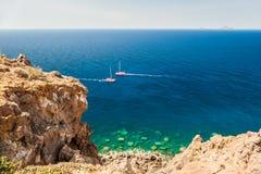 美丽的蓝色海的海岸 免版税库存照片