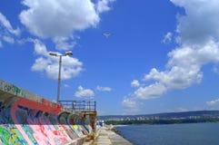 美丽的蓝色海边和街道画墙壁 库存照片