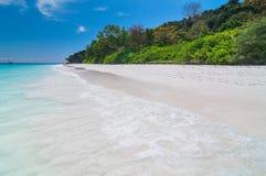 美丽的蓝色海,蓝天在从tachai海岛的夏天 免版税图库摄影
