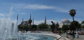 美丽的蓝色清真寺-苏丹Ahmet Camii如被看见从喷泉在公园,在伊斯坦布尔,土耳其 库存照片