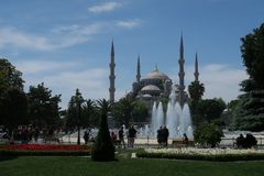 美丽的蓝色清真寺-苏丹Ahmet Camii如被看见从喷泉在公园,在伊斯坦布尔,土耳其 免版税图库摄影