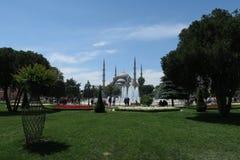 美丽的蓝色清真寺-苏丹Ahmet Camii如被看见从喷泉在公园,在伊斯坦布尔,土耳其 库存图片