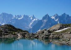 美丽的蓝色湖在欧洲阿尔卑斯,有勃朗峰的在背景中 免版税库存图片