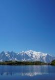 美丽的蓝色湖在欧洲阿尔卑斯,有勃朗峰的在背景中 图库摄影