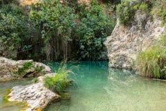 美丽的蓝色盐水湖在沙漠峡谷,南西班牙 库存照片