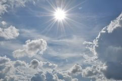 美丽的蓝色覆盖天空 框架在明亮的天 免版税库存照片