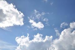 美丽的蓝色覆盖天空 框架在明亮的天 免版税库存图片