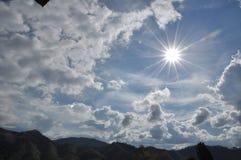 美丽的蓝色覆盖天空 框架在明亮的天 免版税图库摄影