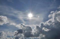 美丽的蓝色覆盖天空 框架在明亮的天 库存图片