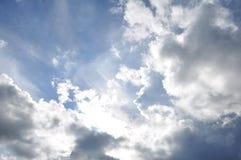 美丽的蓝色覆盖天空 框架在明亮的天 库存照片