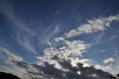 美丽的蓝色覆盖天空 框架在明亮的天 图库摄影