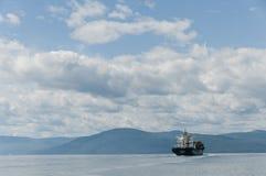 美丽的蓝色集装箱船天空 免版税库存照片