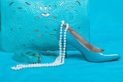 美丽的蓝色鞋子和提包,珍珠 免版税库存图片