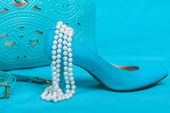美丽的蓝色鞋子和提包,珍珠 库存图片