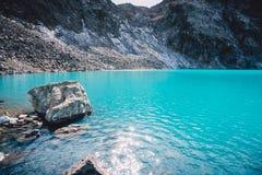 美丽的蓝色高山湖 在山的夏天 库存照片
