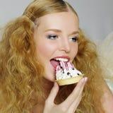 美丽的蛋糕女孩纵向 免版税库存图片