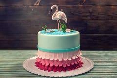 美丽的蛋糕,装饰用桃红色火鸟图在池塘 点心原始的设计的概念  免版税库存照片