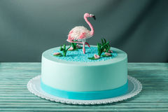 美丽的蛋糕,装饰用桃红色火鸟图在池塘 点心原始的设计的概念  库存照片
