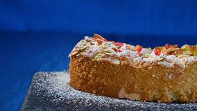 美丽的蛋糕 苹果饼片断在深蓝背景的 与核桃削片的苹果饼 库存照片