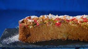美丽的蛋糕 苹果饼片断在深蓝背景的 与核桃削片的苹果饼 免版税库存图片