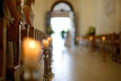 美丽的蜡烛婚礼装饰在教会里 免版税库存照片