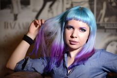 年轻美丽的行家女孩画象有颜色头发的 免版税库存照片