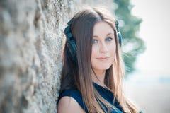年轻美丽的行家妇女听的音乐 库存照片